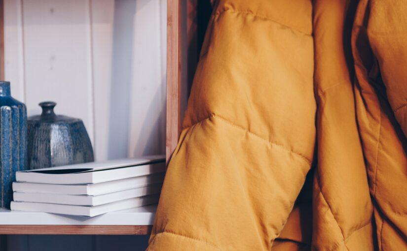 Indret stuen med smarte vægdekorationer